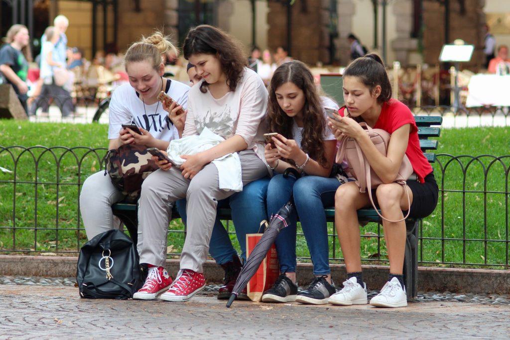 Meninas mexendo no celular